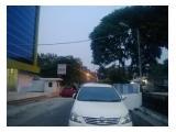 Foto dari luar, rumah ada di posisi kanan jalan
